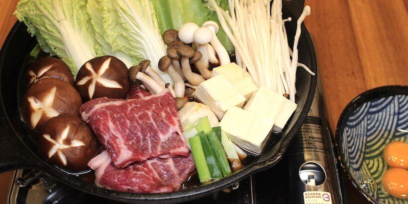壽喜燒鍋底炒料完成後加入開水圖