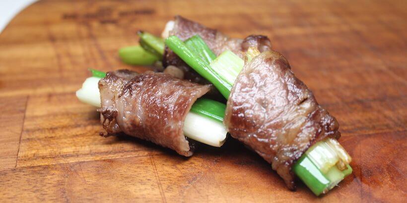 牛小排燒肉捲蔥圖