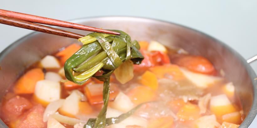 牛肉湯燉煮30分鐘後取蔥圖
