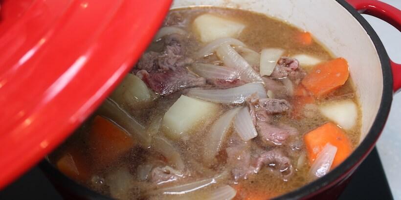 馬鈴薯燉肉加蓋燉煮圖