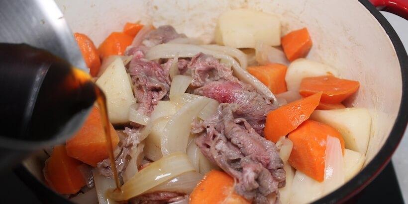 馬鈴薯燉肉加醬汁圖