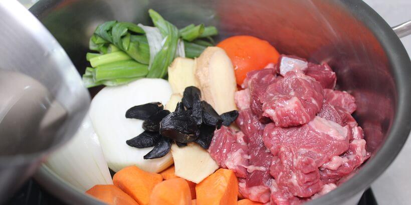 黑蒜頭牛肉湯加水備料圖