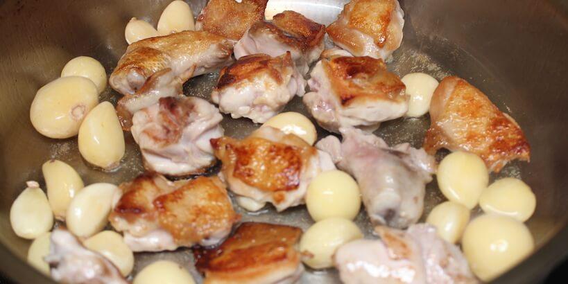 蒜頭蛤蜊雞湯加入蒜頭拌炒