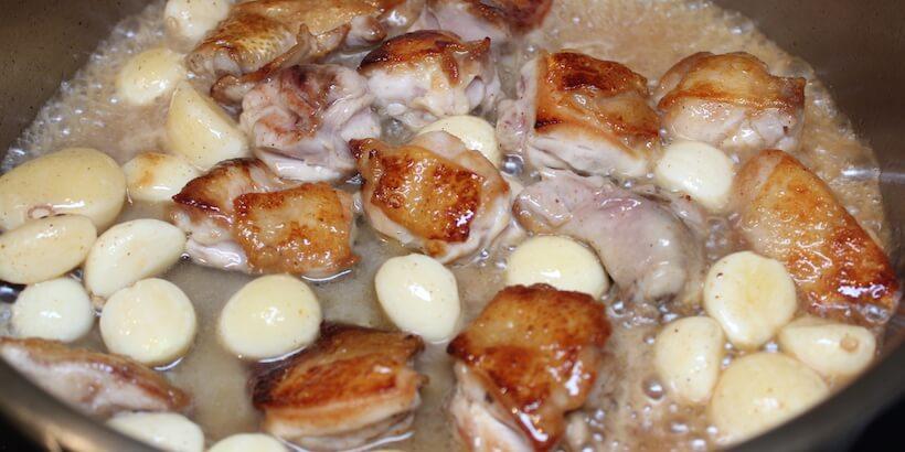 蒜頭蛤蜊雞湯由鍋邊加入米酒